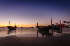 Fischerboot auf dem Strand bei Mae Ramphueng am Abend stockfotos