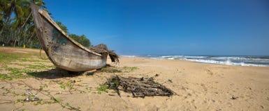 Fischerboot auf dem Strand in Indien Stockbilder
