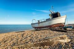 Fischerboot auf dem Strand in Kent Stockbild
