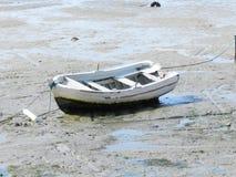 Fischerboot auf dem trockenen Strand lizenzfreies stockfoto