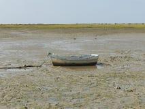 Fischerboot auf dem trockenen Strand lizenzfreie stockbilder