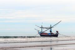 Fischerboot auf dem Ufer. Stockfoto