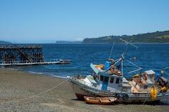 Fischerboot auf dem Ufer Stockfotos