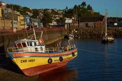 Fischerboot auf dem Ufer Lizenzfreies Stockfoto