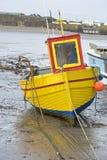 Fischerboot auf dem Ufer Stockbilder