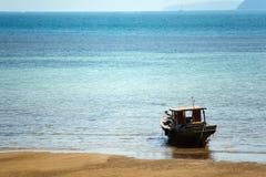 Fischerboot auf den Felsen Stockbild