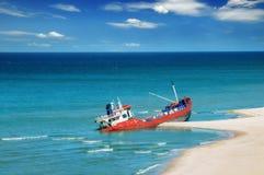 Fischerboot auf den Strand gesetzt Stockbild