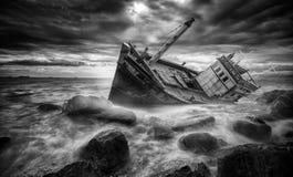 Fischerboot auf den Strand gesetzt Lizenzfreie Stockfotos