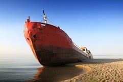 Fischerboot auf den Strand gesetzt Stockfotografie