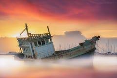 Fischerboot auf den Strand gesetzt Stockbilder
