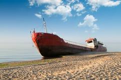 Fischerboot auf den Strand gesetzt Lizenzfreies Stockbild