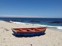 Fischerboot auf den Strand gesetzt in Lamberts-Bucht Stockbild