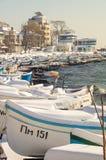 Fischerboot auf der Küste der alten Stadt von Pomorie in Bulgarien-Winter Lizenzfreie Stockbilder