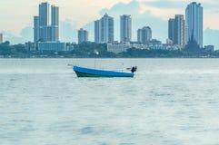 Fischerboot auf der Seeansicht der Stadt Lizenzfreie Stockfotos