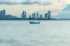 Fischerboot auf der Seeansicht der Stadt Lizenzfreies Stockbild