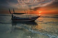 Fischerboot auf einem Porzellanmeer, Malaysia Stockbild