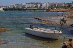 Fischerboot auf einem Protaras-Strand, Mittelmeer, Zypern Lizenzfreies Stockbild
