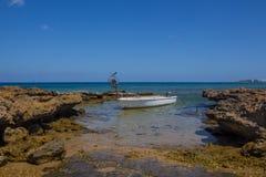 Fischerboot auf einem Protaras-Strand, Mittelmeer, Zypern Lizenzfreies Stockfoto
