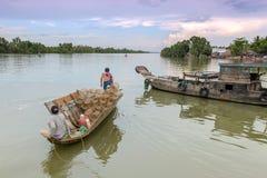 Fischerboot auf Fluss Lizenzfreie Stockfotografie