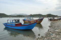 Fischerboot auf Fluss, Vietnam Stockfotografie
