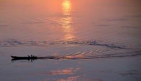Fischerboot auf irrawaddy Fluss Myanmar bei Sonnenaufgang lizenzfreie stockbilder
