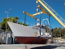 Fischerboot auf Kran Stockfotografie