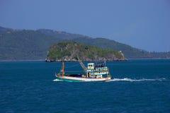 Fischerboot auf Meer Lizenzfreie Stockfotos