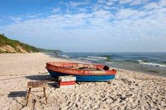 Fischerboot auf Ostsee-Strand Stockbild