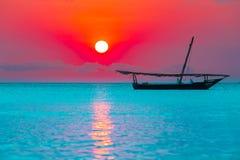 Fischerboot auf Sonnenuntergang Lizenzfreies Stockfoto