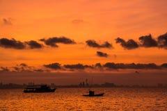 Fischerboot auf Sonnenuntergang Stockbild