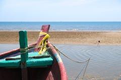 Fischerboot auf Strand Lizenzfreie Stockfotos