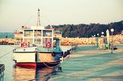 Fischerboot auf Ufer auf Sonnenaufgangtapete Lizenzfreies Stockfoto