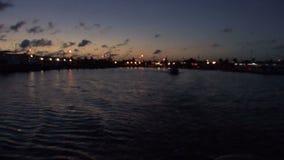 Fischerboot bei dem Sonnenaufgang stock footage