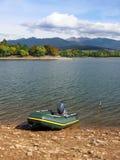 Fischerboot bei Liptovska Mara während des Herbstes lizenzfreie stockbilder