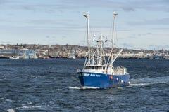 Fischerboot blaue Welle laufend Stockfotos