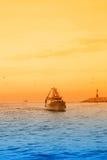 Fischerboot, das den Hafen kommt stockfoto