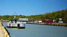 Fischerboot, das in Dock kommt Lizenzfreie Stockfotos