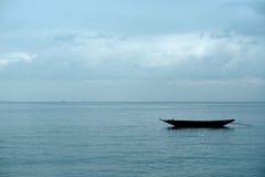 Fischerboot, das in einer Bucht stillsteht stockbilder