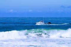 Fischerboot, das für Fische und die Prüfung der Hummer-Fallen schleppt Lizenzfreie Stockfotografie