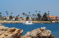 Fischerboot, das Hafen verlässt lizenzfreie stockfotografie