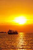 Fischerboot, das heraus zum Meer vorangeht Stockfotos