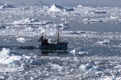 Fischerboot, das nach Hause kommt Stockfoto