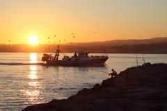 Fischerboot, das nach Hause zurückkommt Lizenzfreie Stockbilder