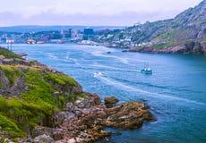 Fischerboot, das zum Atlantik vorangeht Lizenzfreie Stockbilder