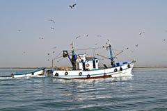 Fischerboot, das zum Haupthafen zurückgeht Lizenzfreie Stockbilder