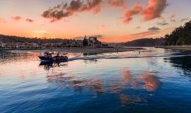 Fischerboot, das zurückgeht, um Ribadesella zu tragen stockfotos