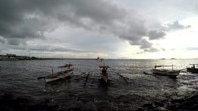 Fischerboot in der Dämmerung verankert auf Dämmerungssonnenuntergang des Seeufers Schattenbilder stock video footage