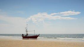 Fischerboot an der Küste stock footage
