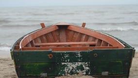 Fischerboot an der Küste von Kaspischem Meer im stürmischen Wetter Absheron Novkhani Aserbaidschan stock video footage