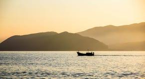 Fischerboot in der Sonne lizenzfreie stockbilder